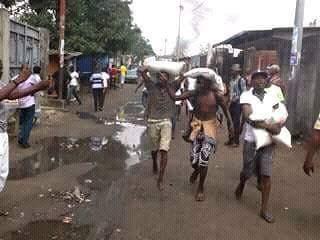 Des pillards dans les rues de Kinshasa le 19 janvier